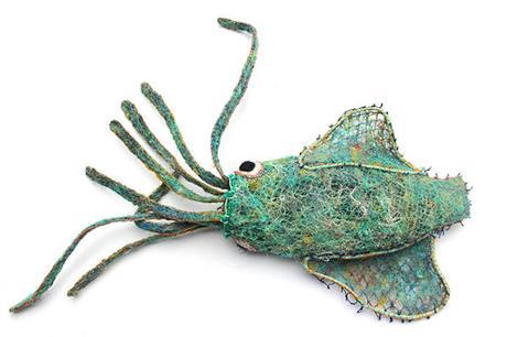 Focus sur une sculpture créée à partir de filets de pêche dérivant recyclés (île d'Erub, détroit de Torres, Australie)