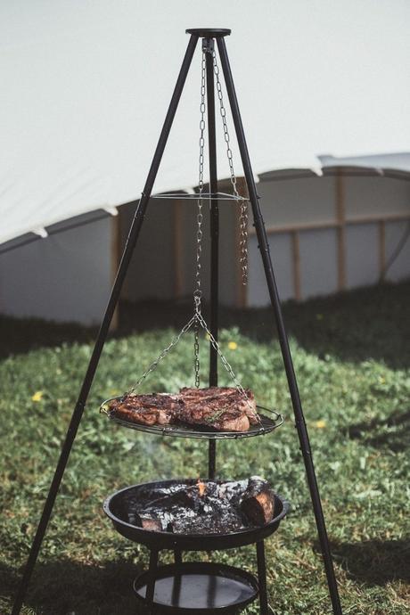 barbecue suspendu extérieur jardin grillade viande steak repas - blog déco - clematc