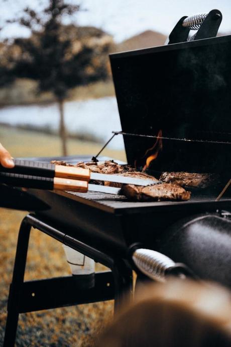 fabriquer un barbecue diy fonte noire steak extérieur jardin diner repas feu grillade déco décoration clematc