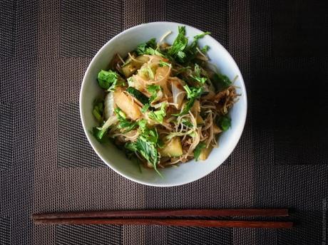 Wok express – Vermicelles de riz sautés au chou chinois et aux courgettes