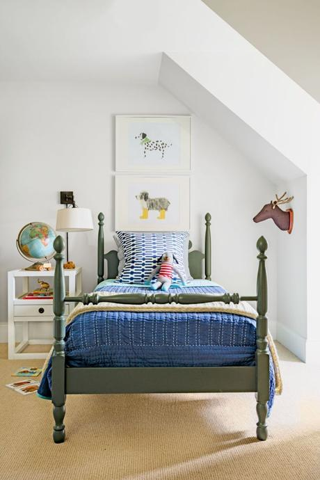 chambre enfant kaki lit bois sol marron globe terrestre table chevet blanc - blog déco - clem around the corner