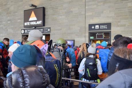 File d'attente à la gare aval du téléphérique de l'Aiguille du Midi de Chamonix © French Moments