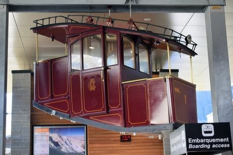 Un des premiers téléphériques exposé à l'intérieur de la gare aval du téléphérique de l'Aiguille du Midi à Chamonix © French Moments