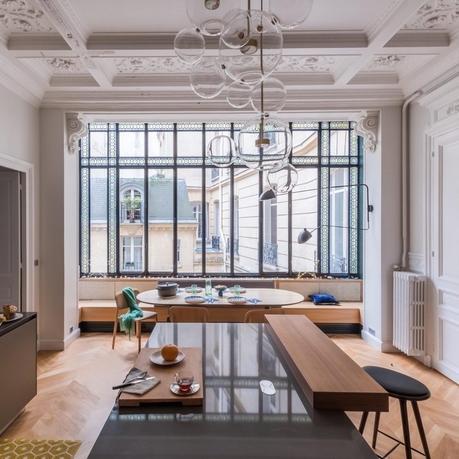 loft haussmannien cuisine spacieuse fenêtre vitre chic élégant - blog déco - clem around the corner