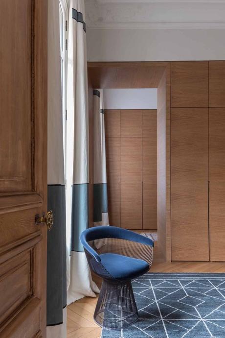 loft haussmannien fauteuil bleu moderne velours confortable porte bois - blog déco - clem around the corner