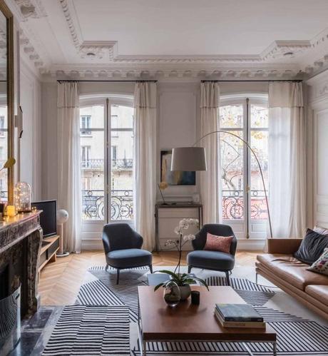loft haussmannien salon cheminée marbre table basse bois - blog déco - clem around the corner