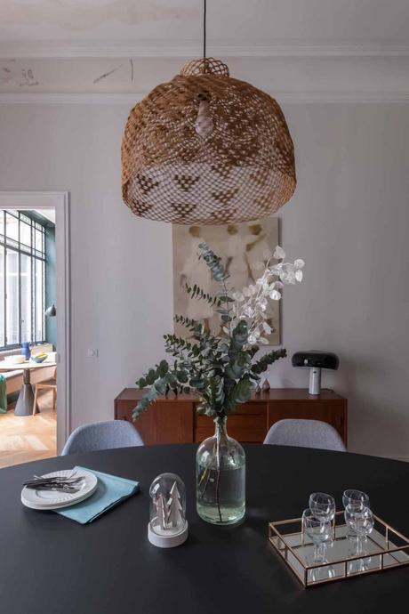 loft haussmannien salle à manger lustre osier table noir meuble bois - blog déco - clem around the corner