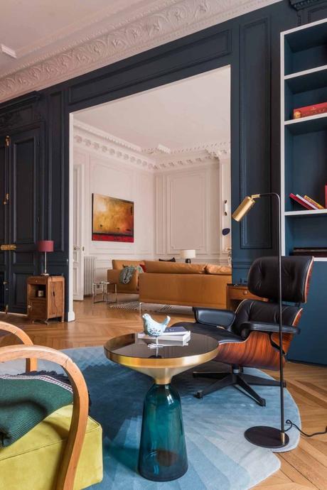 loft haussmannien salon mur moulé bleu canard fauteuil cuir noir - blog déco - clem around the corner