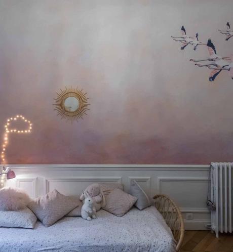 loft haussmannien chambre enfant mur bicolore rose pastel blanc lit rotin - blog déco - clem around the corner