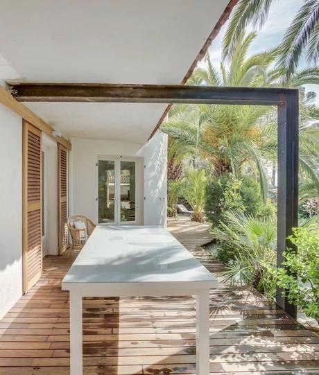 terrasse bois donne sur le jardin palmier volet coulissant bois clemaroundthecorner