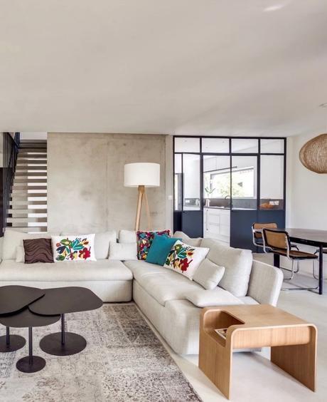 salon design spacieux canapé d angle verrière table basse noire - blog déco - clemaroundthecorner