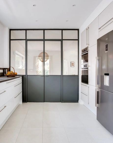 cuisine couleur épurée verrière metal noir séparation avec le séjour - blog déco - clemaroundthecorner