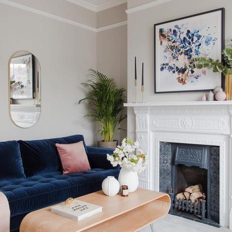 déco appartement parisien cheminée blanche bleu canapé velours design pas cher