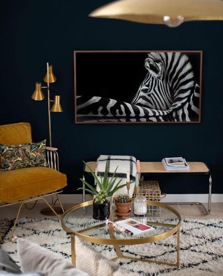 salon néo art déco mur noir bleu foncé lampe laiton doré design pas chère