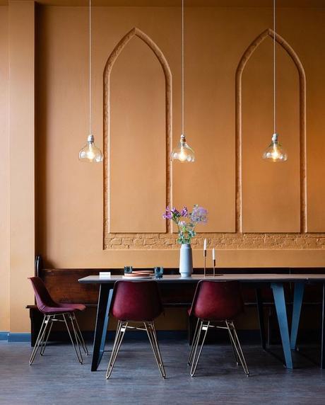 salle à manger mur orange brique chaise rouge design industriel