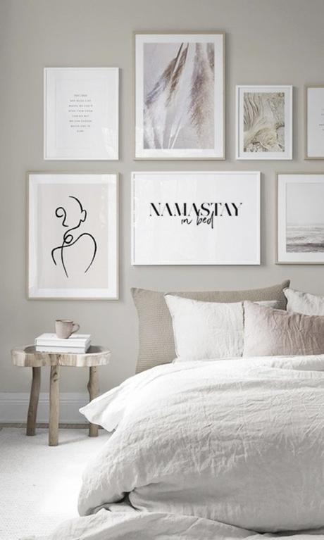 chambre namastay in bed déco murale couleurs épurées lit mur ton beige table de chevet - blog déco - clemaroundthecorner