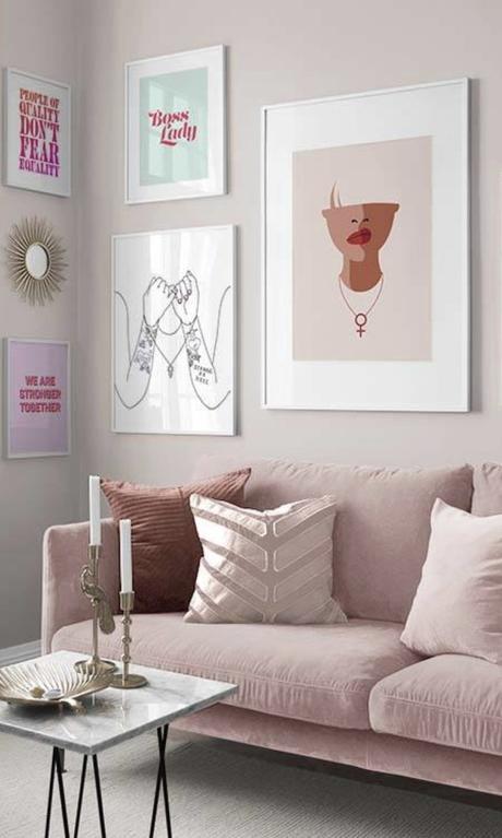salon rose mur de cadres avec desenio canapé table basse déco décoration intérieure clematc