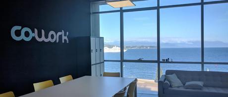 Coworking Co-work Patagonia a Puerto Montt - Table de travail et vue sur la mer