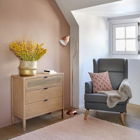 coin lecture chambre fauteuil gris peinture rose commode cannage moderne