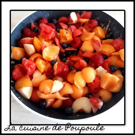 Salade de fruits pêches, abricots, framboises, myrtilles, melon et pastèque
