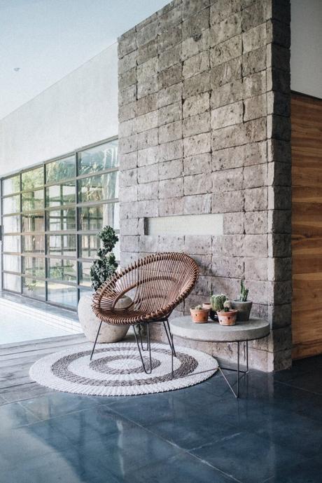 fauteuil rotin rond design bambou exterieur terrasse gres cerame béton ciré