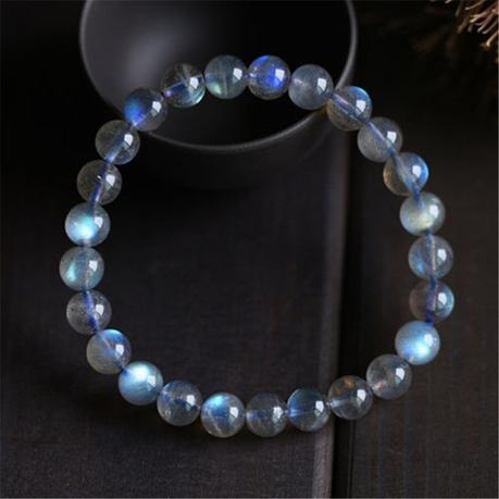 Un bracelet en pierre de lune bleue
