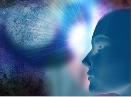 Personne qui développe son intuition grâce à la pierre de lune