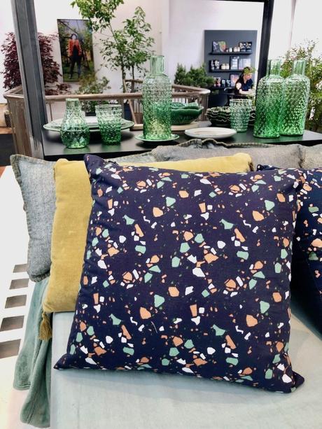 coussin bleu terrazzo salon canapé tendance collection monorpix - blog déco - clemaroundthecorner