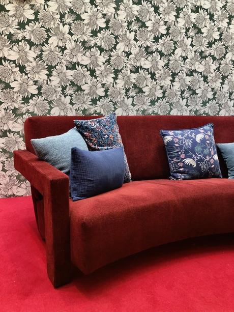 papier peint rétro fleurie canapé velours rouge coussin bleu motif - blog déco - clemaroundthecorner