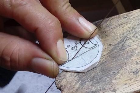 découpe de la silouhette oiseau du pendentif