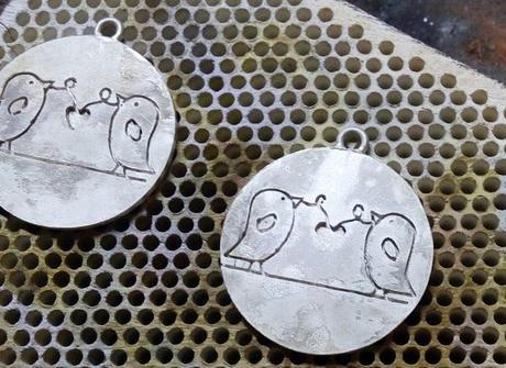 soudure de notre pendentif gravé avec des oiseaux