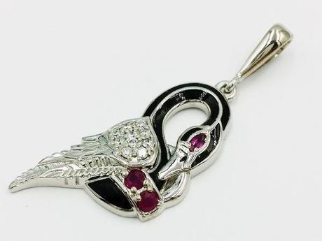 pendentif cygne en or blanc, rubis et diamants
