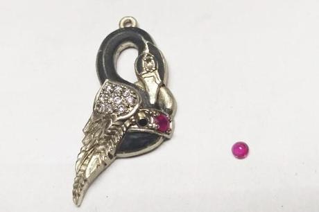 sertissage des rubis sur le corps du pendentif cygne