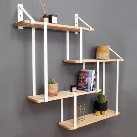 salon mur gris étagère Ripaton blanche bois suspendu structure métal style minimaliste loft industriel