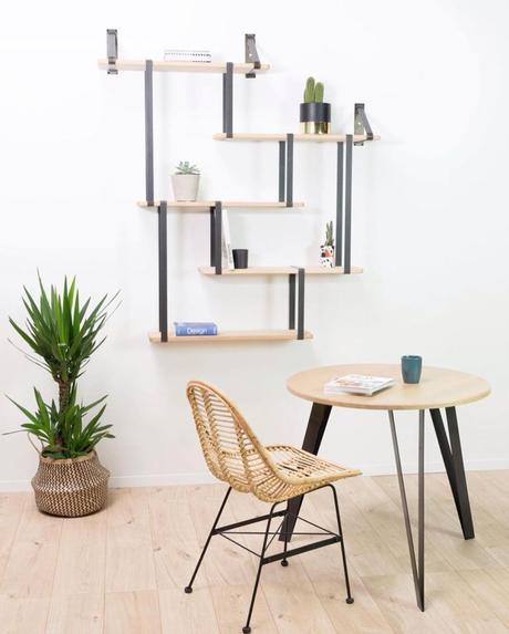 salon décoration moderne chaise rotin table ronde bois pied métallique noir acier bibliothèque mur noir chêne