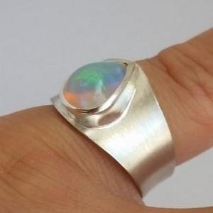 vue bague opale au doigt