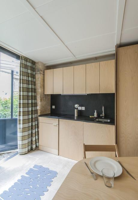 visite appart 12m2 cuisine plan de travail pierre noire mobilier en bois verrière déco décoration