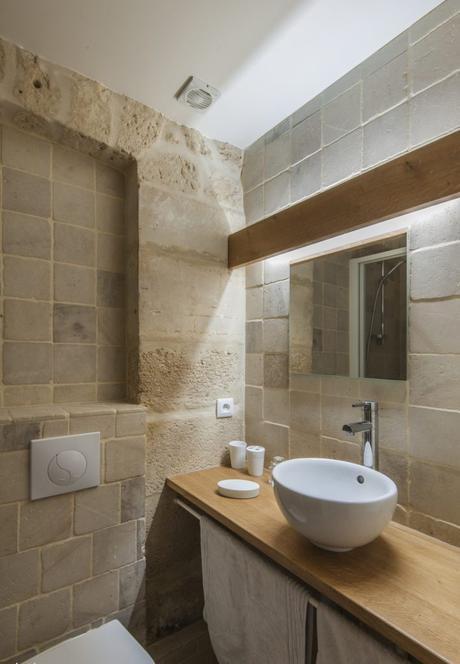 salle de bain rustique pierre apparente vasque à poser ronde plan en chêne déco décoration clematc