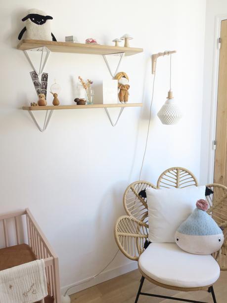 Visite privée dans la chambre de bébé Brune