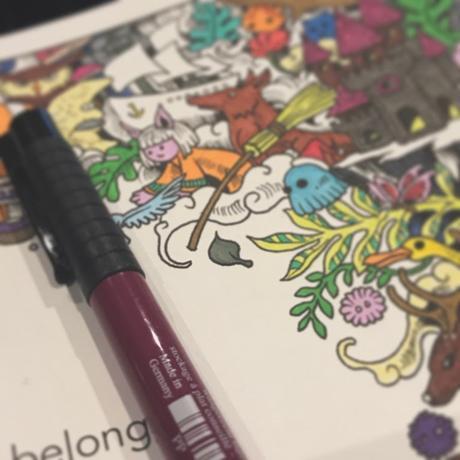Cahier de coloriage et crayon flous