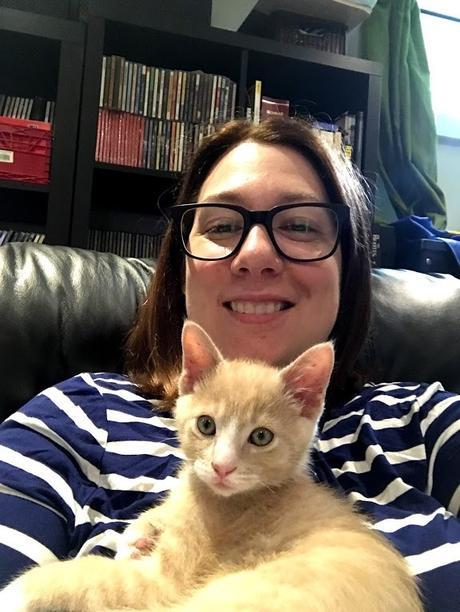 Annie-Danielle avec des lunettes et un chaton caramel dans les bras