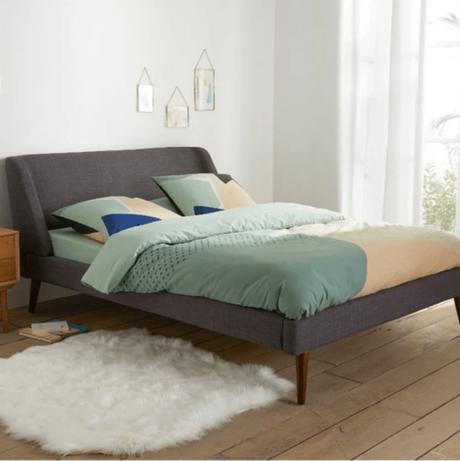 lit gris pieds en bois foncé chambre décoration intérieure - blog déco - clematc