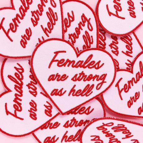 accessoire féministe en forme de coeur female are strong as hell patch déco