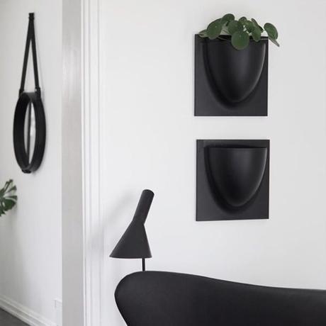 aménager petite entrée noir blanc rangement mural vide poche - blog décoration design - clem around the corner