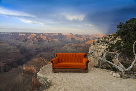 Friends : le mythique canapé de la série va être installé dans Paris