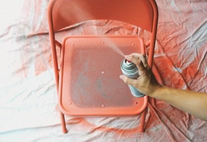 DIY chaise pliante bombe peinture orange - blog déco - clem around the corner