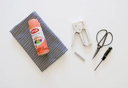 DIY chaise matériels bricolage agrafeuse ciseaux tissus - blog déco - clem around the corner