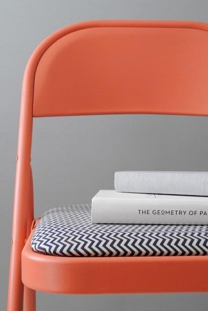 DIY chaise orange livre coussin - blog déco - clem around the corner
