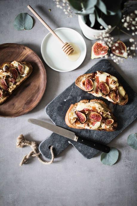 Toasts aux figues, brie, bacon et noix