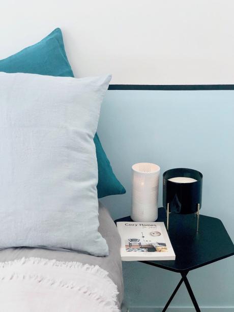 rentrée slow living chambre mur bleu liseret noir soubassement peinture tête de lit lin harmony drap avis